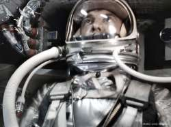 Nell'immagine, dal video restaurato, Alan Shepard all'interno della capsula Mercury Freedom 7.